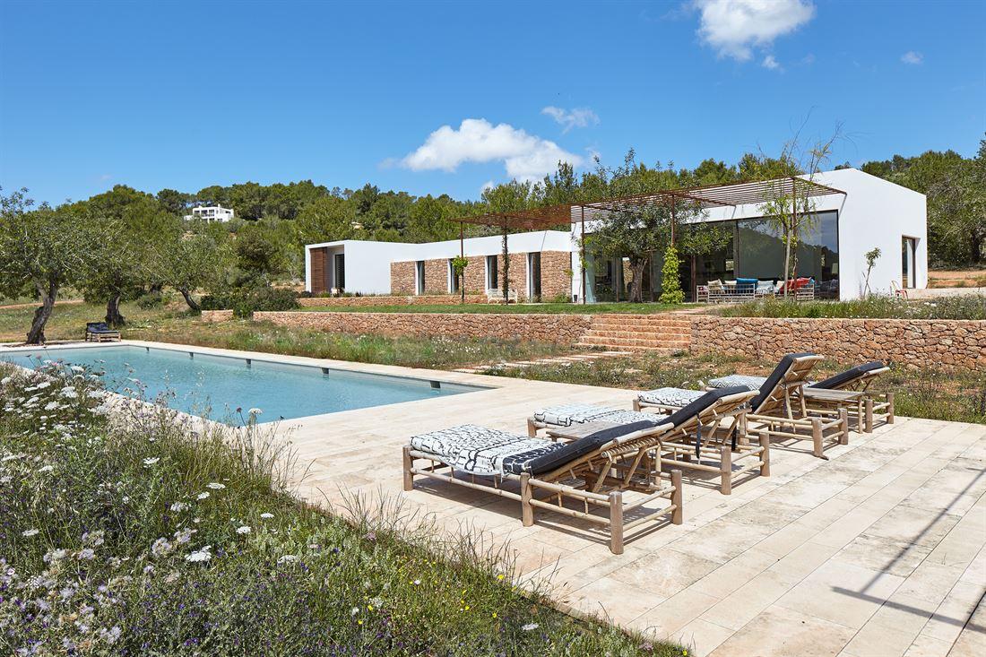 Minimalist countryside villa in San Carlos