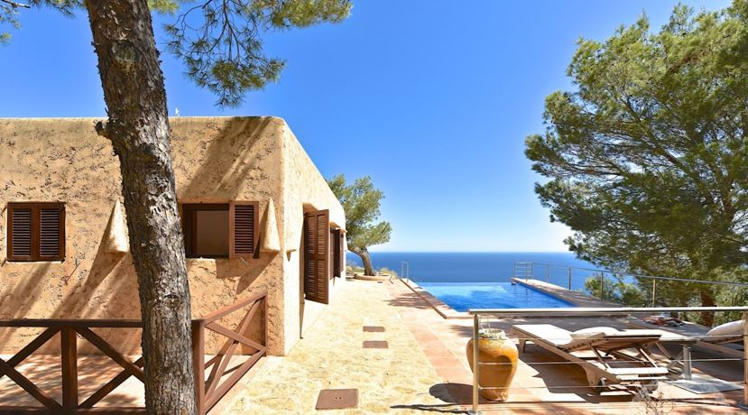 Gorgeous property on a cliff with the best views you can get