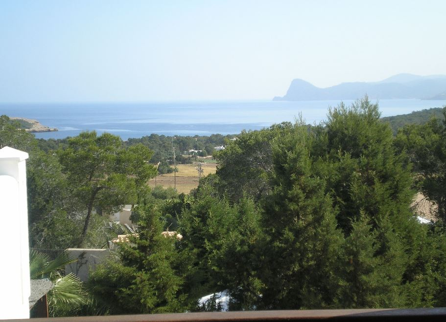 Opportunity in Cala Bassa with splendid views and rental license