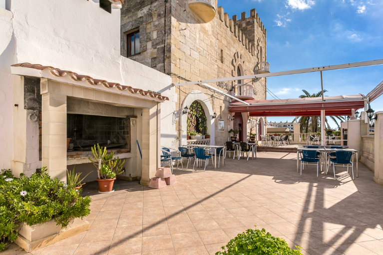 Hotel restaurant open all year round and located in the urbanization Cala en Porter