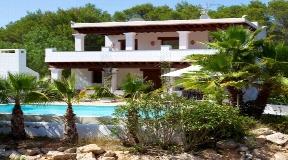 Beautiful villa is ideally located between Santa Gertrudis and San Lorenzo