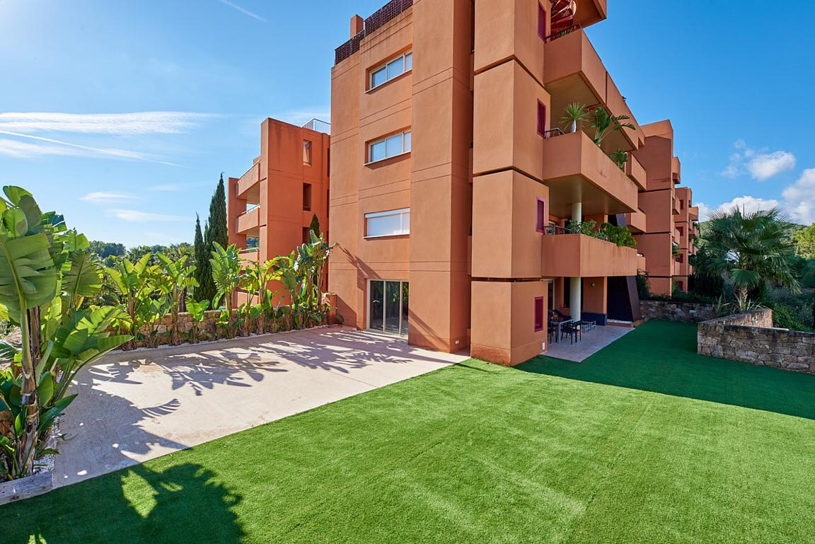 Ground floor apartment in Roca Llisa with huge garden