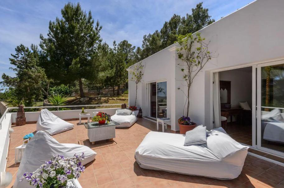 Villa of 350 m2 on a plot of 5,000 m2 in an area Km. 4 Ctra. San José for sale