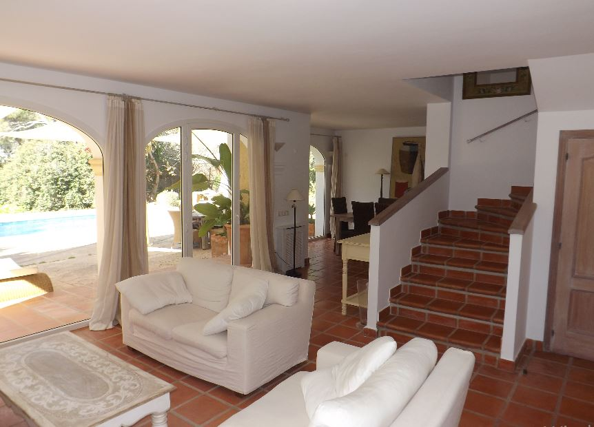 Lovely 4 bedroom house and 2 bedroom guest house for sale in Porroig