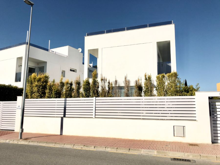 New build semi-detached house with large roof terrace and elevator