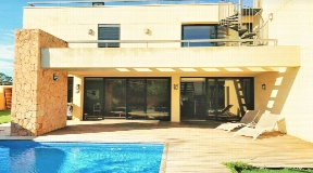 House with sea views and is located in a residential area walking to the beach