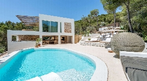 Elegant newly Renovated 6 bedroom villa with magnificent views