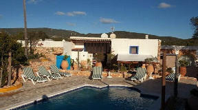 Finca of 900m2 on a flat land of 97981m2 with touristic licence